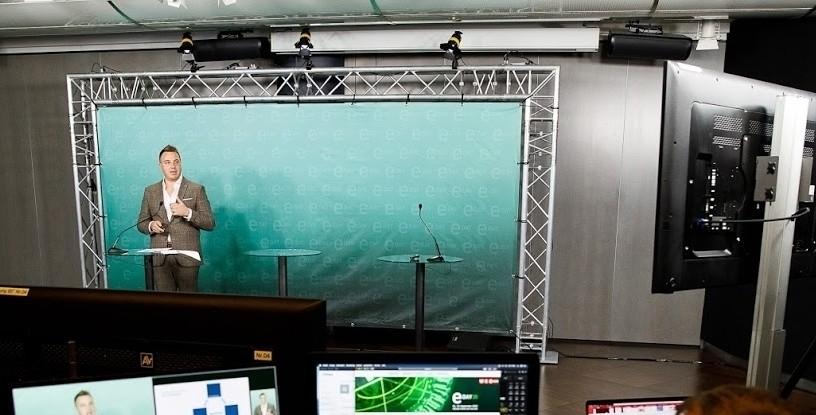 Christoph Amon im Studio. Virtueller E-Day 2020 in der WKO.